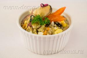Салат с маринованными мидиями и рисом