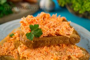 Готовые гренки из белого хлеба с чесноком и морковью