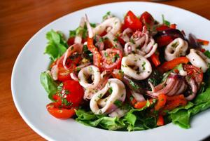 Салат из кальмаров с огурцом и помидором
