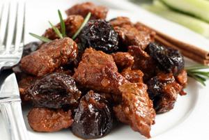 Тушеная говядина с черносливом в мультиварке