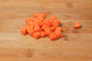 Нарезанная кубиком морковь