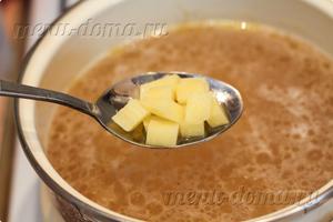 Добавление картофеля в кастрюлю