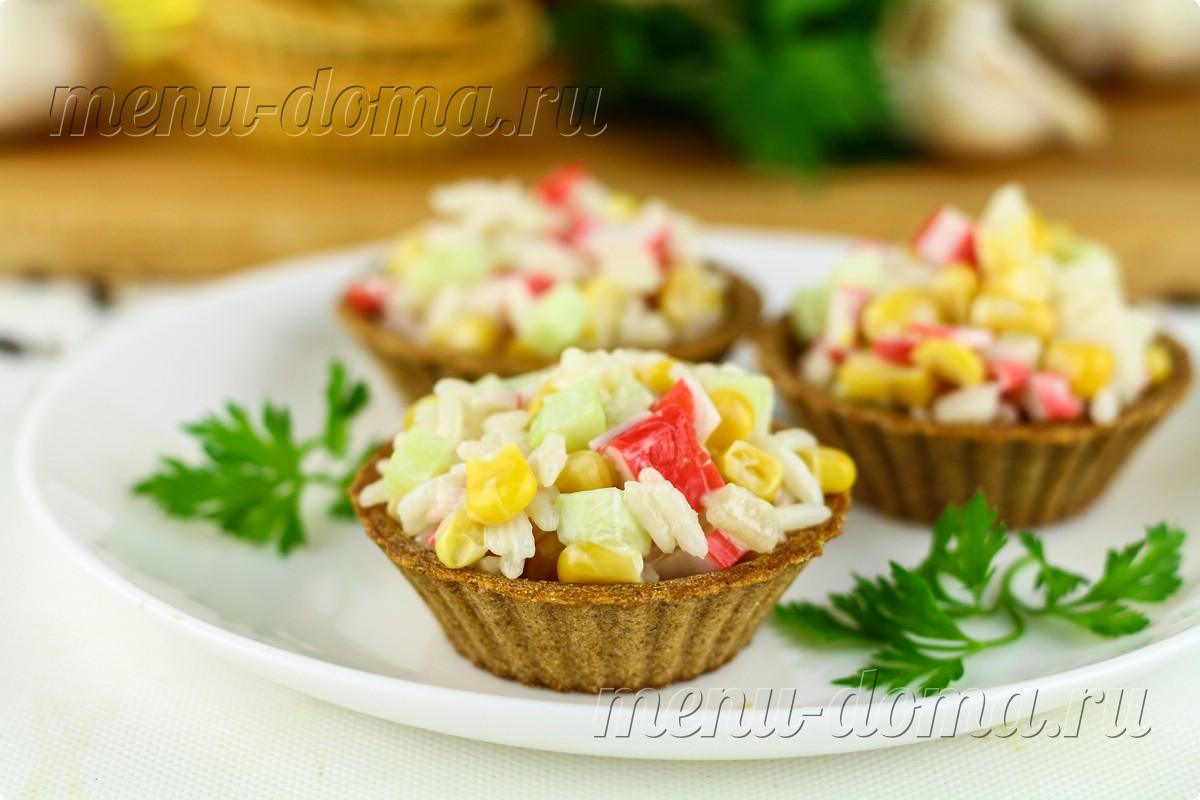 Закуска из крабовых палочек и кальмаров в тортилье, пошаговый рецепт с фото