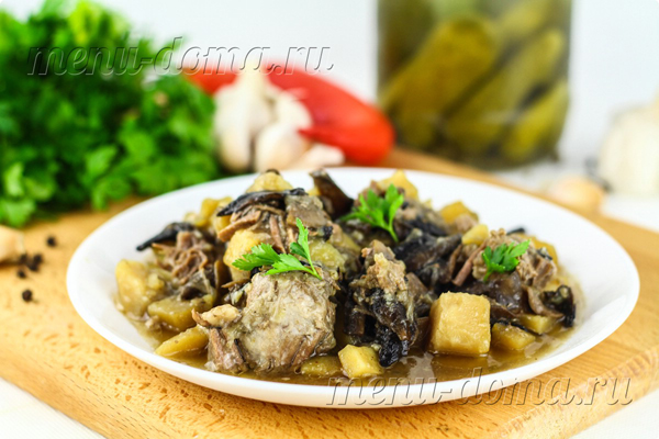 Тушеная картошка с мясом и грибами в мультиварке