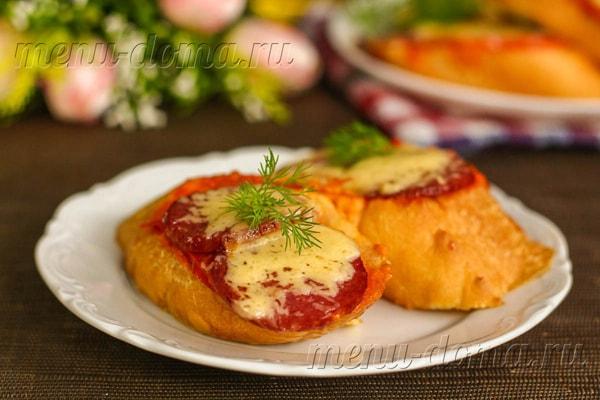 На фото - горячие бутерброды с колбасой и сыром