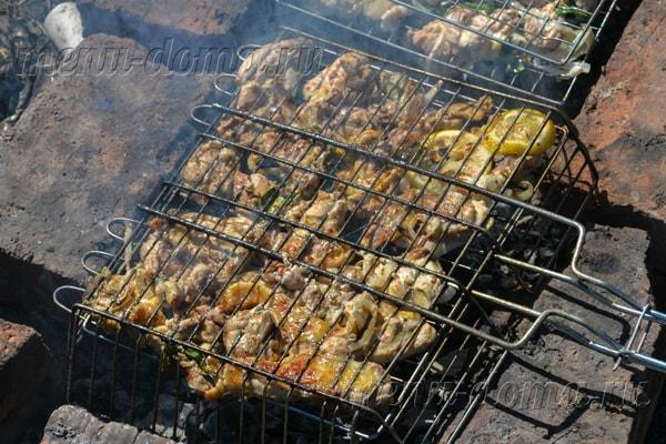 Жарка куриного мяса на углях в майонезе