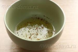Добавить соль и перец к белкам
